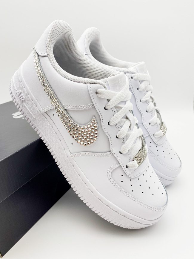 Nike Air Force 1 Custom mit Glitzersteinen veredelt